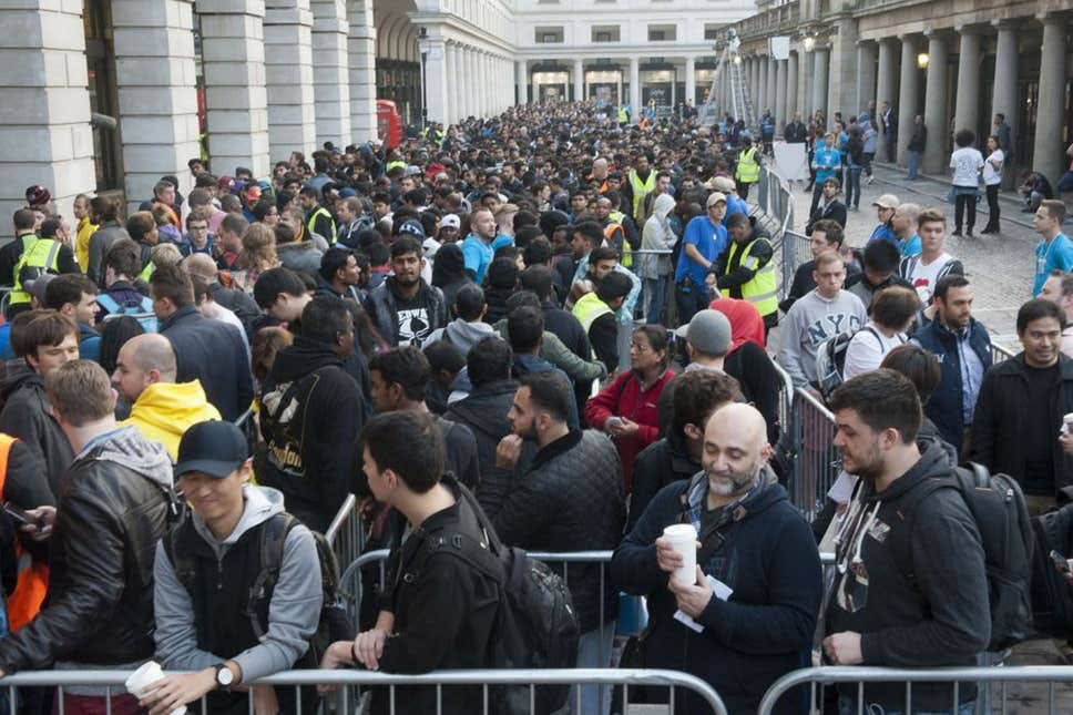 The sale of the iPhone 6 at Covent Garden attracted more than 1,000 people / Evening Standard