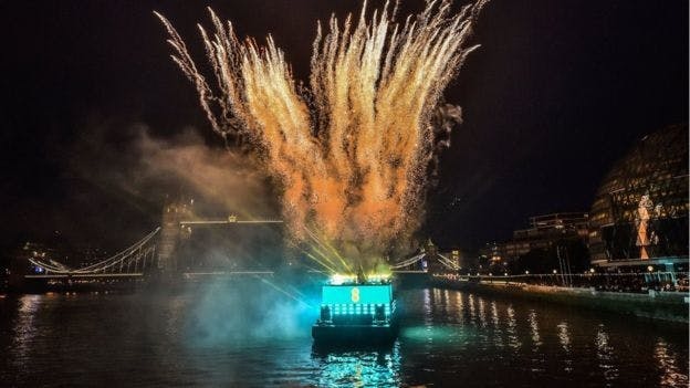 EE launched its 5G service from a boat on the River Thames / BBC News