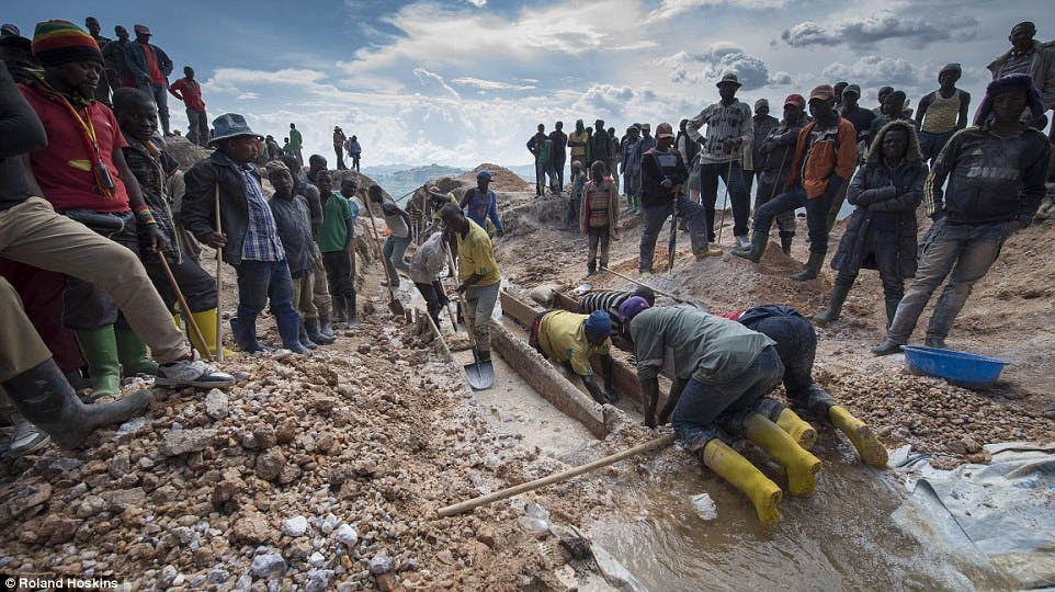 Miners in Congo searching for coltan which powers modern tech devices. Image: Roland Hoskins / DailyMail